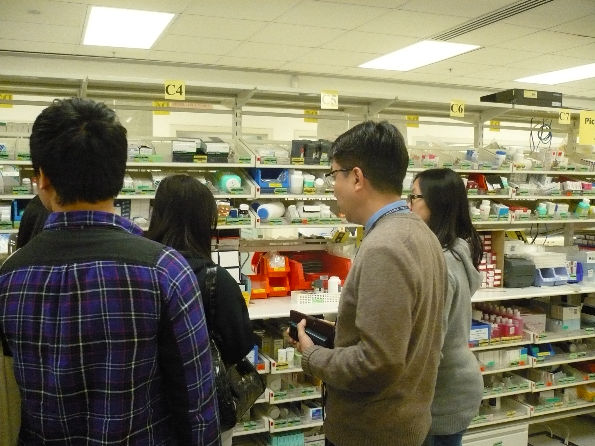 Visit to the Pharmacy Department of Pok Oi Hospital - Photo - 11