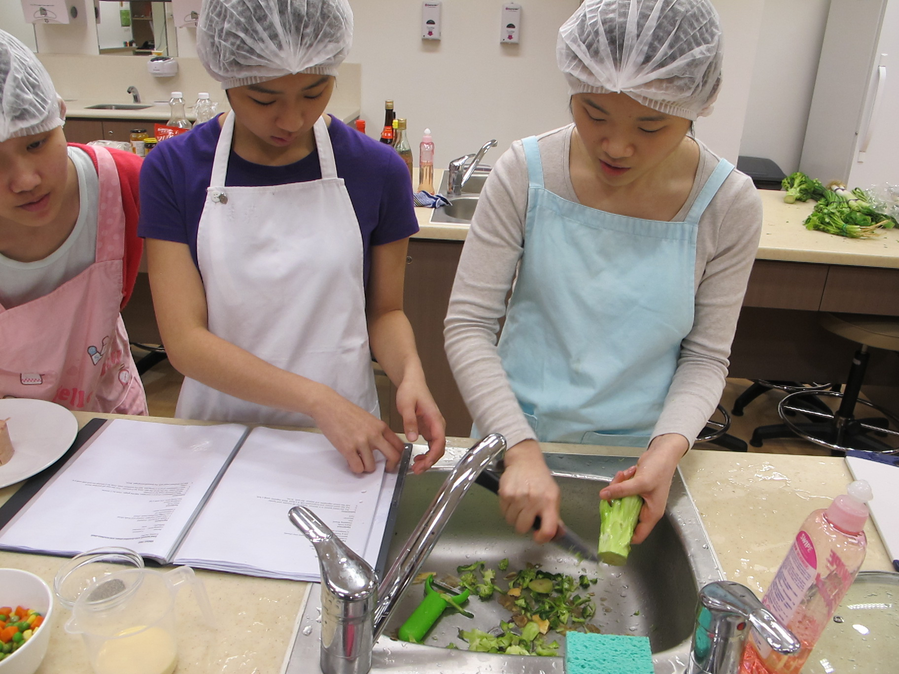 Feeding Hong Kong – Prepare nutritious, simple and low budget cookbook for the needy - Photo - 63
